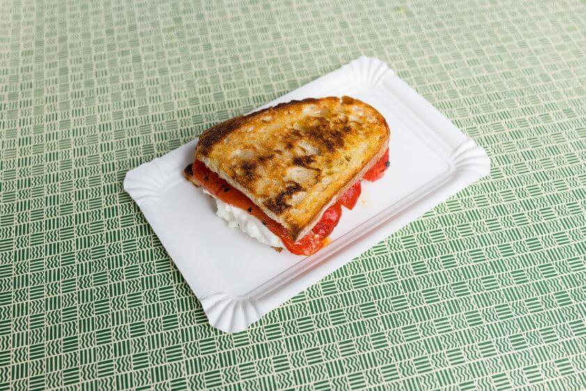 Panino mit Paprika und Burrata