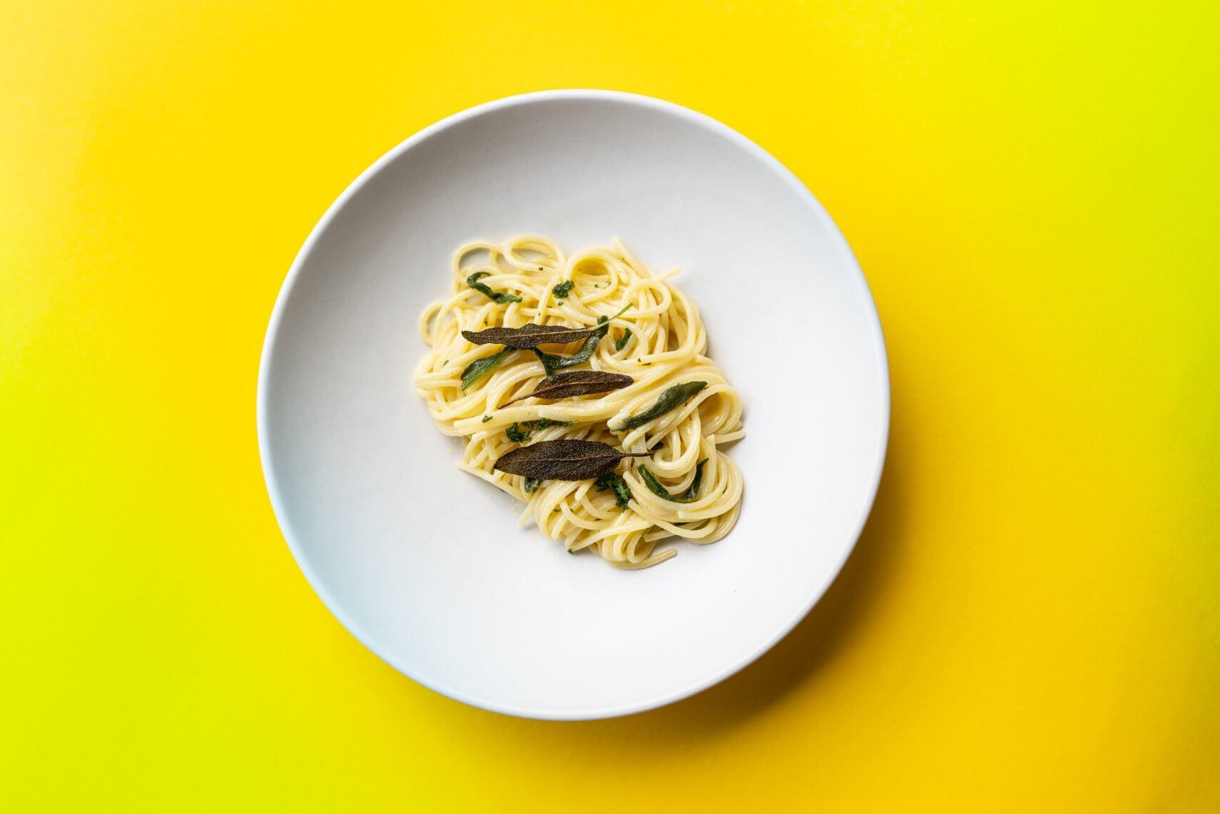 Spaghetti mit Butter und Salbei